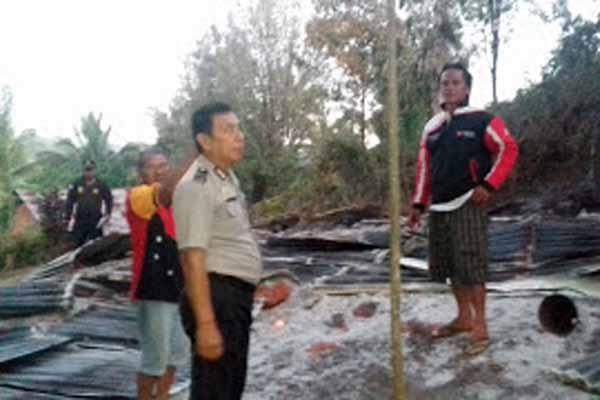 Ditinggal Penghuni, Rumah Keluarga Telew-Rembet di Tondey Dilalap Api