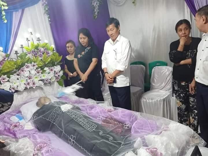 Melayat Kerumah Duka Mantan Lurah Bahu, Wali Kota Vicky Lumentut Ungkapkan Rasa Duka Mendalam