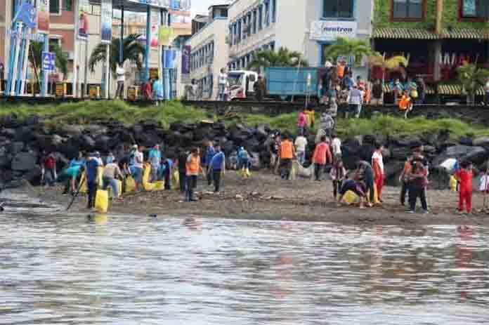 DLH Manado Bersihkan Sampah Di Pesisir Pantai Manado