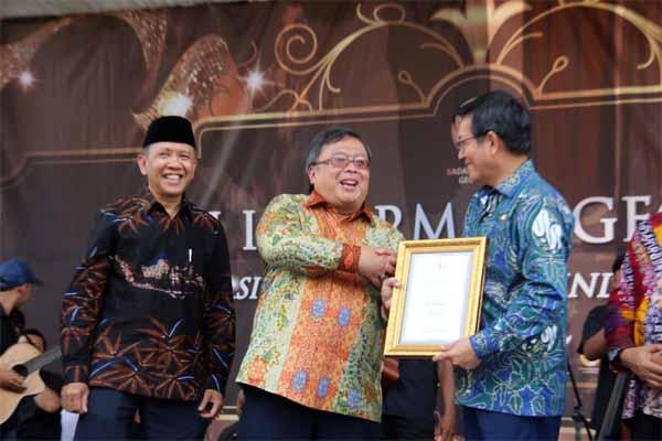 Pemkot Manado Terima Bhumandala Award, Predikat Terbaik dalam Inovasi Pemanfaatan Informasi Geospasial Tahun 2019