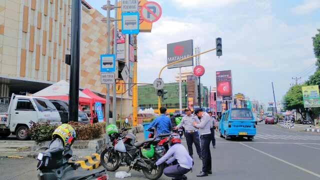 Aksi Gembosi Ban Petugas Dishub Manado Depan Kawasan Megamal