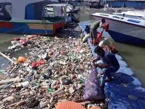 Tim Kebersihan DLH Manado Bersihkan Sampah di Pesisir Pantai dan Laut