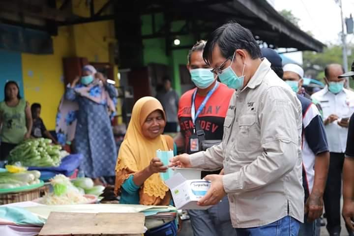 Sambil Memantau, Wali kota GSVL Bagikan Masker kepada Penjual dan Pembeli di Pasar Bersehati