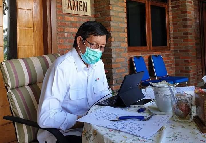 Lewat Aplikasi Zoom, Wali kota Vicky Lumentut Pimpin Rapat Bersama Melalui Video Confrence