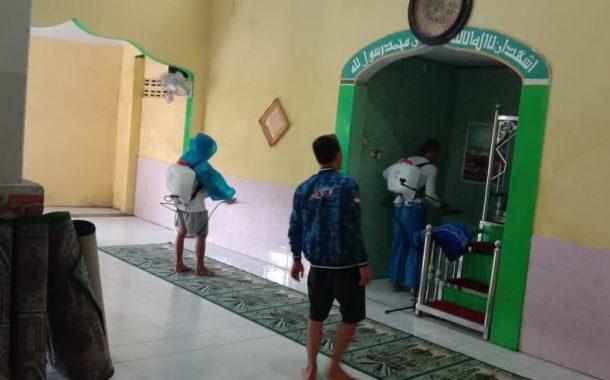 Lawan Penyebaran Covid-19, Bendahara DPD Sulut dan Ketua DPC Partai Demokrat Manado Lakukan Penyemprotan Desinfektan di Rumah Ibadah