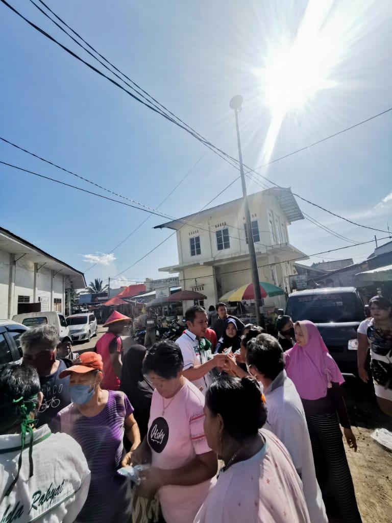 Berjiwa Sosial,  H Sarhan Antili Berbagi Paket Sembako di Pasar Likupang