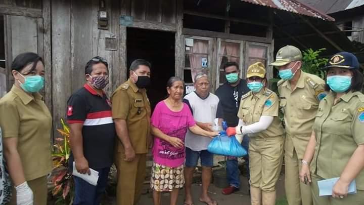 Pemkab Minut Peduli, Bagikan Bantuan Pangan di Kecamatan Talawaan