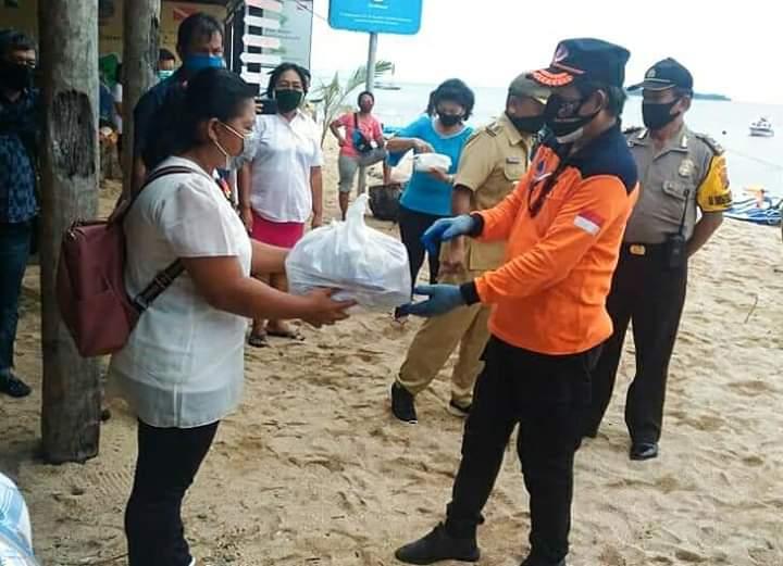 Serahkan Langsung Paket Bantuan Bahan Pokok di Tiga Kecamatan, Wali Kota GSVL: Laporkan Jika Ditemukan Bermasalah