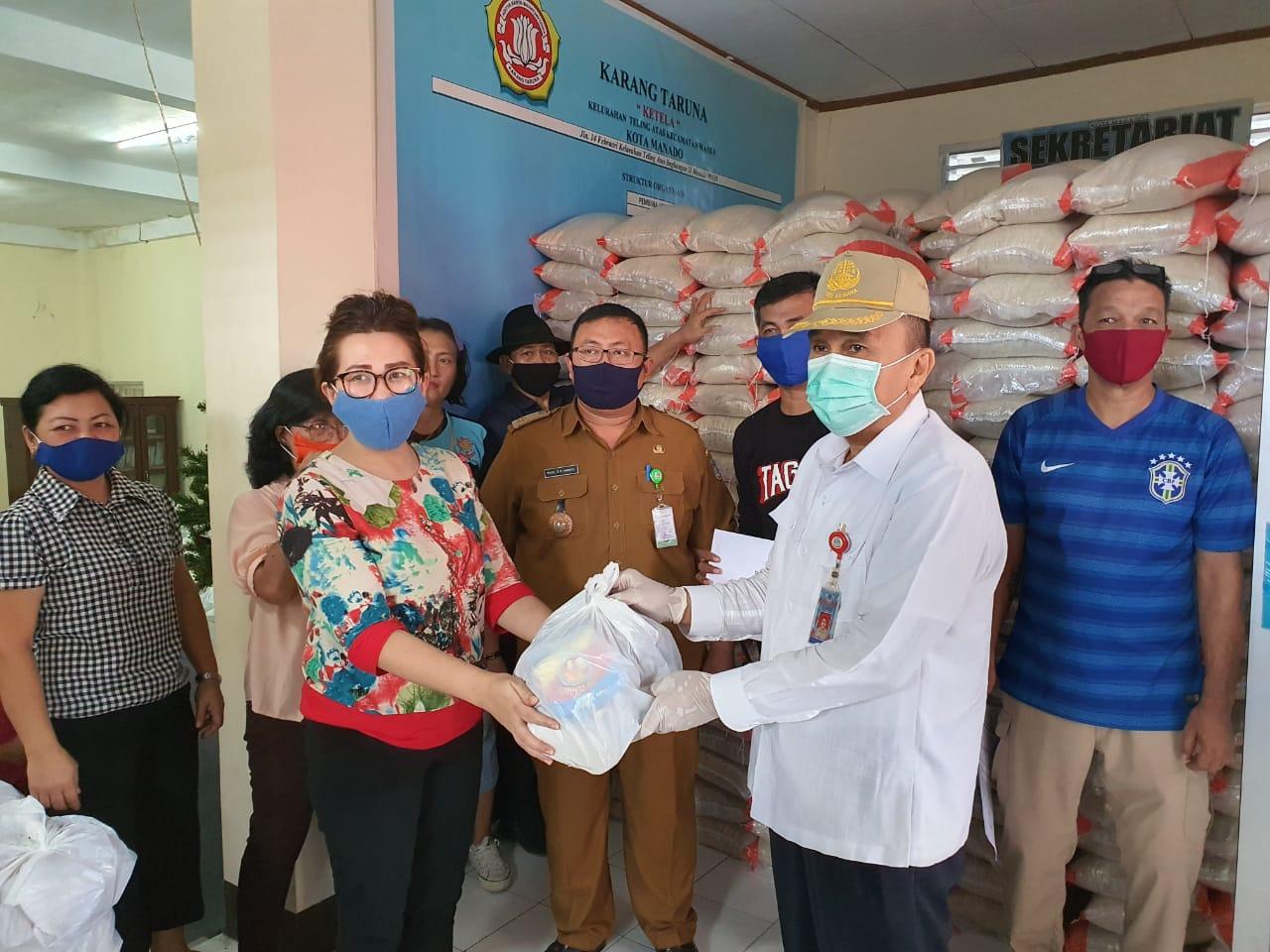 Sekda Micler Lakat Pantau Penyaluran Bantuan Pemkot Manado di Teling Atas