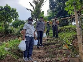 Kelurahan Kombos Timur Salurkan Bantuan Pemkot Manado. Rinto Sambuaga: Tunggu Saja Dirumah