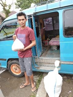 Wamendag Jerry Sambuaga Beri Bantuan Kepada Warga Bolmut.