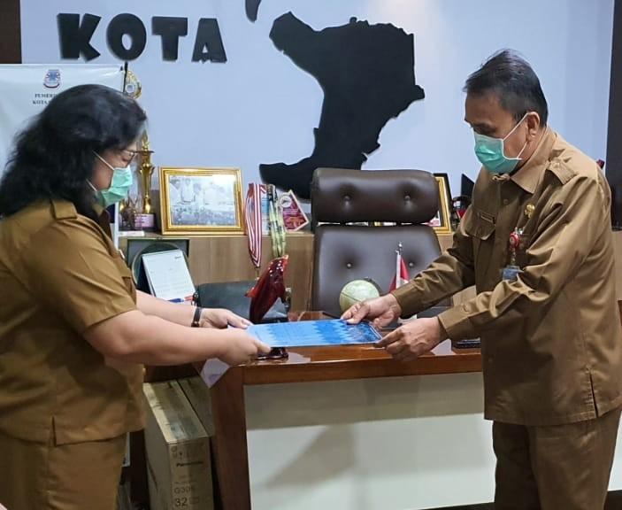 Wakili Wali Kota Manado, Sekda Micler Lakat Serahkan SK untuk Plt Kabag Keuangan Sekdakot yang Baru