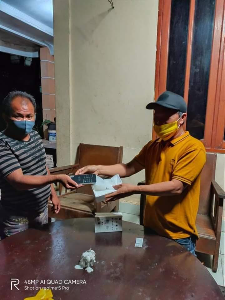 Pemdes Pakuweru Berikan Hadiah untuk Warga  Pejuang Covid-19