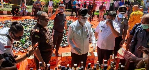 Sekda Lakat Hadiri Pemusnahan Babuk di Kejari Manado