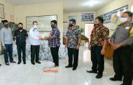 Sekda Manado Micler Lakat Salurkan Bansos di Kelurahan Wawonasa