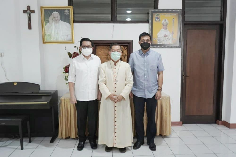 Uskup Manado Doakan Pasangan MDB-HJP