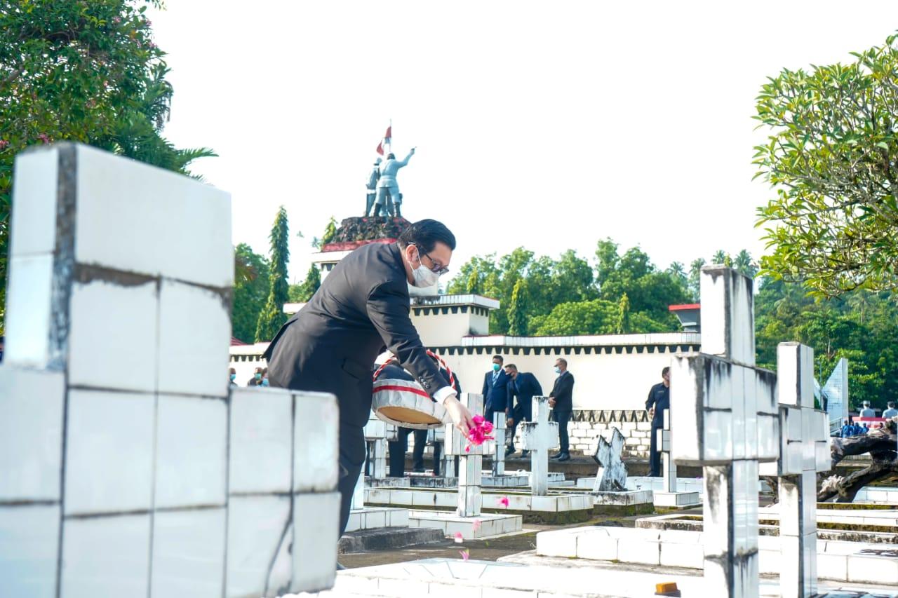 Wawali Mor Bastiaan Ziarah ke TMP Kairagi Manado