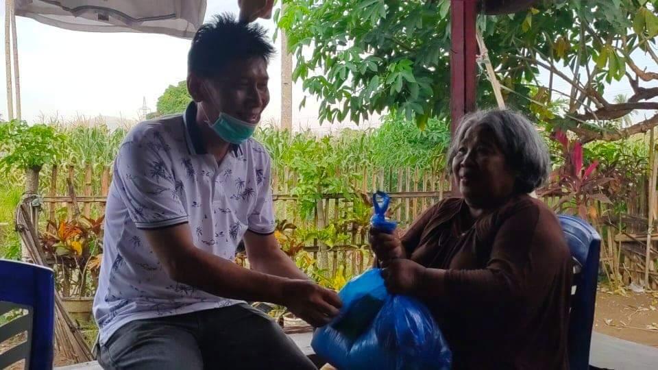 Sisir Satu Persatu Warga Kurang Mampu, PDM Berbagi Berkat di Watudambo