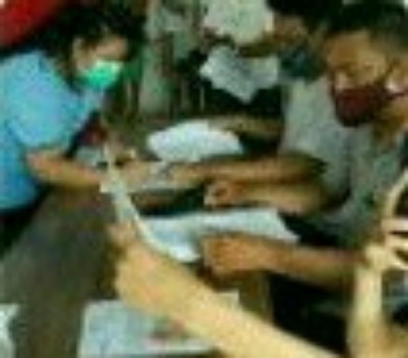 Petugas Kantor Pos Salurkan BST Tahap IV dan V di Bitung Amurang