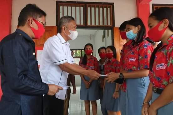 Wabup Minsel FDW Serahkan Beasiswa PIP di SMK N 1 Tatapaan