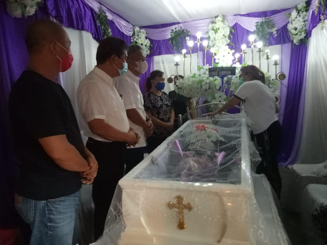 Paslon FDW-PYR Melayat ke Rumah Duka di Uwuran dan Lewet Kecamatan Amurang