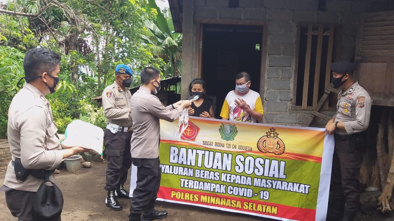 Dampak Covid-19, Polres Minsel Salurkan Bansos Beras 1 Ton Untuk Warga Kurang Mampu