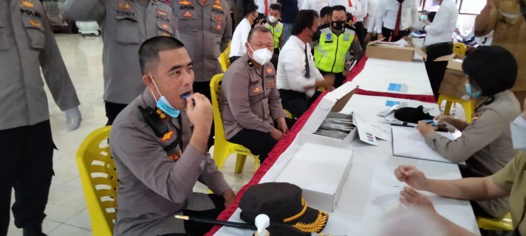 Pemeriksaan Mendadak, Ratusan Personel Polres Minsel Jalani Tes Urine dan Lendir