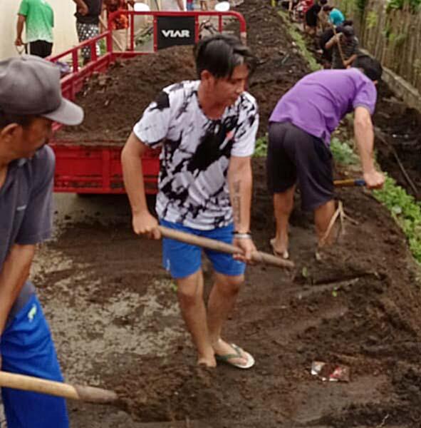 Warga Bitung Amurang Gelar Kerja Bakti Bersihkan Saluran Air