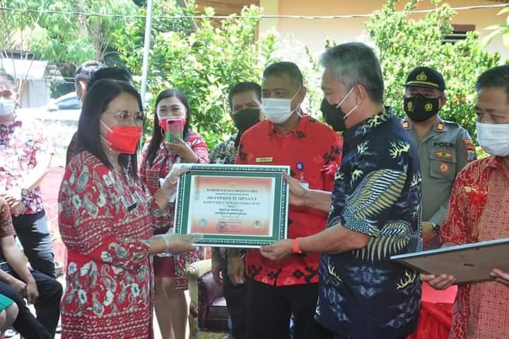 FDW Serahkan Penghargaan ke 3 Sekolah 'Adiwiyata' Tingkat Sulut