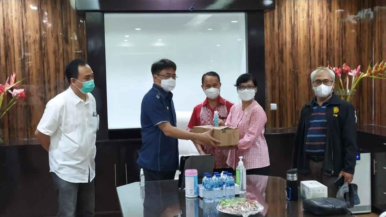 KAGAMA dan BARMAS Serahkan Bantuan Untuk Wartawan Pemkot Manado