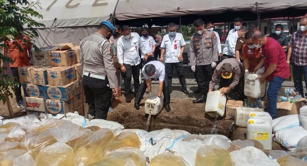9.124,4 Liter Babuk Minol Jenis Cap Tikus Dimusnakan Polisi