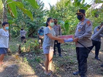 Kapolda Sulut Masuk Perkebunan, Salurkan Paket Bantuan untuk 32 Petani Upahan Pinggiran Manado