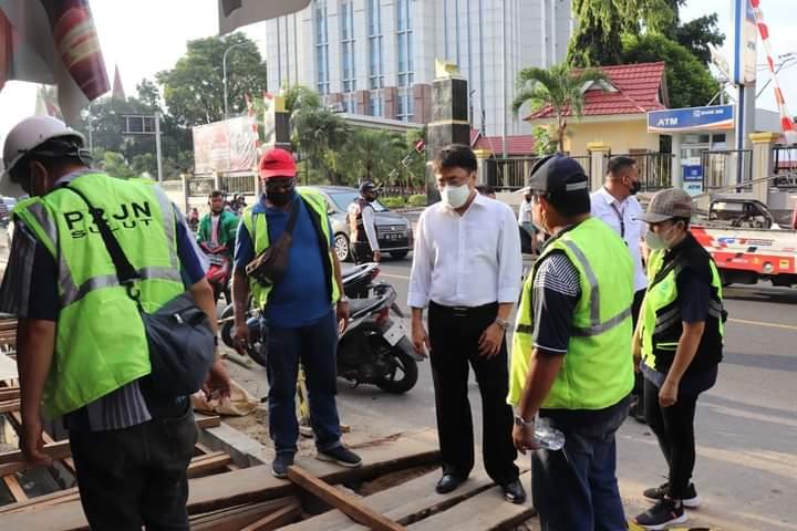 Wali Kota Andrei Angouw Tinjau Perbaikan Drainase di Kota Manado