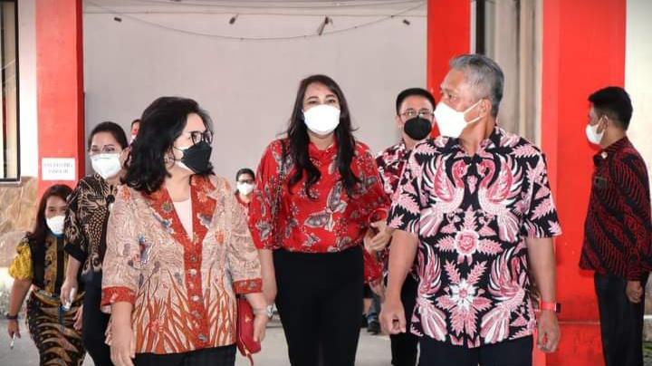 Bupati FDW Hadiri Penyerahan Bansos Pemprov Untuk Korban Bencana di Minsel