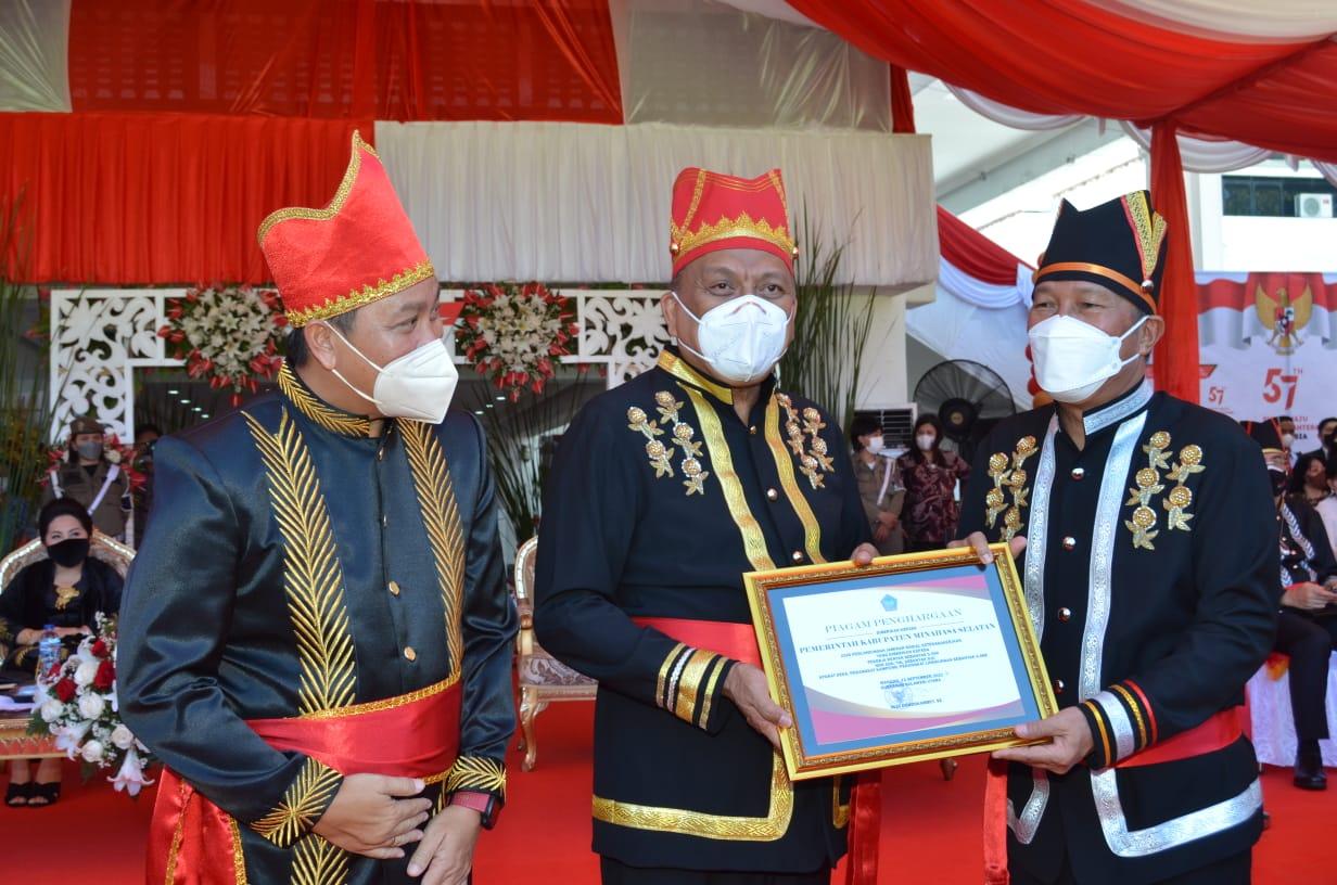 Bupati Minsel Terima Piagam Penghargaan Pada Peringatan HUT ke-57 Provinsi Sulut